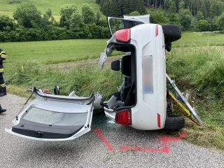 Verkehrsunfall mit eingeklemmter Person auf der Magdalensberg Straße (L85)